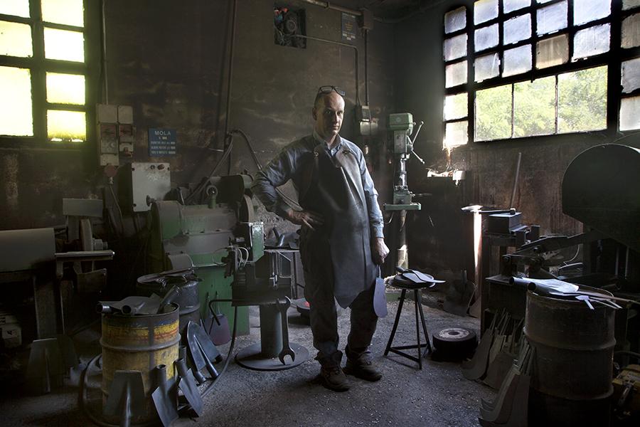 Giuseppe beltrame, forgiatore di badili e manere